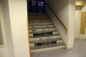 階段にもご注目下さい!参加団体の紹介用ポスターが貼られています。