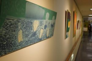 横浜美術大学所蔵の作品や卒業生の作品が並びます