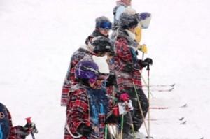 雪が舞う中、コーチの熱心な指導がつづきます